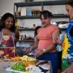 Cocina local con manos internacionales